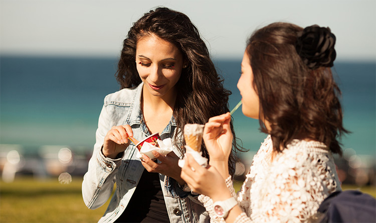 photo-girls-eating-ice-cream. Recursos Evangelisticos.